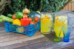 Panier de fruit avec la cruche de courge orange Image libre de droits