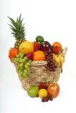 Panier de fruit débordant avec le fruit Image stock