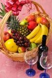 Panier de fruit et une bouteille de vin Photo libre de droits