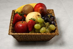 Panier de fruit exotique Image stock