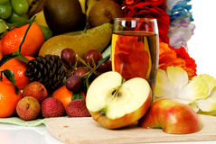 Panier de fruit, jus de pomme Photos stock