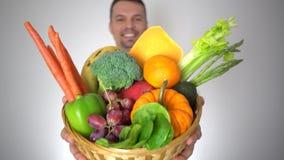 Panier de fruits organique frais de légumes dans des mains de docteur, concept de médecine de santé clips vidéos