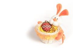 Panier de lapin de Pâques avec l'oeuf des perles Photos stock