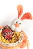 Panier de lapin de Pâques avec l'oeuf des perles Images libres de droits