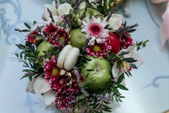 Panier de mariage avec des fleurs Photos libres de droits