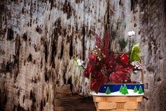 Panier de Noël sur un fond en bois diminué photos stock