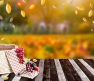 Panier de nourriture avec le vin rouge pour pinique sur la table en bois dans des vacances de saison d'automne et de récolte d'au images stock