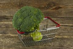 Panier de nourriture de brocoli Photos stock