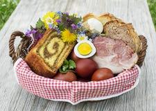 Panier de nourriture de Pâques avec les oeufs et le jambon photographie stock libre de droits