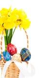 Panier de Pâques avec des oeufs et des fleurs Photographie stock libre de droits