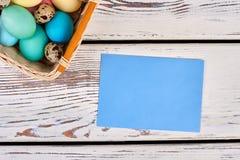 Panier de Pâques avec la carte vide Photos stock