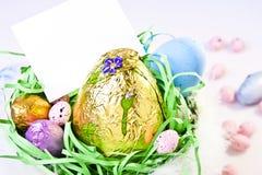Panier de Pâques avec la note blanc Images stock