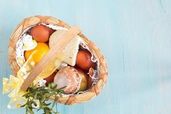 Panier de Pâques avec la nourriture sur le fond en bois bleu Vue supérieure images stock