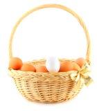 Panier de Pâques avec une proue d'or Photographie stock libre de droits
