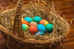 Panier de Pâques complètement des oeufs Photos stock