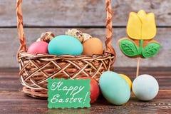 Panier de Pâques et biscuit de fleur photographie stock