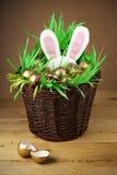 Panier de Pâques, oeufs d'or. photographie stock
