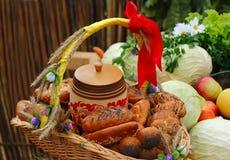 Panier de pain, décoré des rubans, et légumes Photos libres de droits