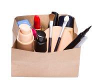 Panier de papel por completo de cosméticos y de accesorios del maquillaje Fotos de archivo libres de regalías