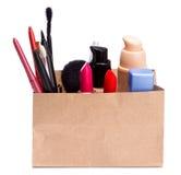Panier de papel por completo de cosméticos y de accesorios del maquillaje Fotografía de archivo libre de regalías