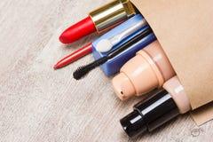 Panier de papel por completo de cosméticos y de accesorios del maquillaje Imagen de archivo libre de regalías