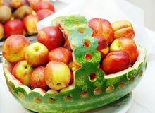 Panier de pastèque avec des nectarines Image libre de droits