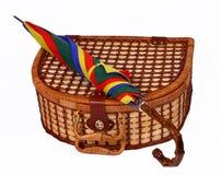 Panier de Picninc avec un parapluie coloré sur le dessus Photographie stock libre de droits