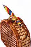 Panier de pique-nique avec un parapluie coloré sur le dessus Image libre de droits