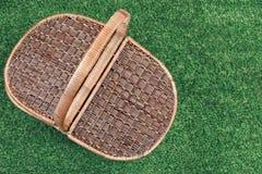 Panier de pique-nique sur la pelouse d'été, vue supérieure Photographie stock libre de droits