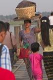 Panier de port de femme sur la tête images stock