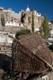 Panier de rotin avec la vue du monastère Lamayuru, Ladakh, Inde de budhist Photos stock