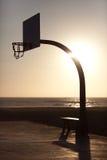 Panier de Streetball dans le coucher du soleil image stock