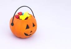 Panier de sucrerie de des bonbons ou un sort Images libres de droits