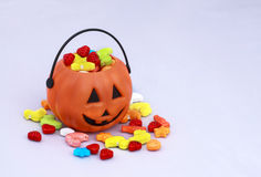 Panier de sucrerie de des bonbons ou un sort avec des bonbons photographie stock libre de droits