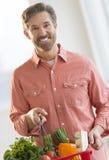Panier de transport d'homme heureux complètement des légumes image stock