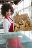 Panier de transport de jolie serveuse de pain Photographie stock libre de droits
