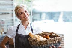 Panier de transport de jolie serveuse de pain Photo stock