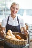 Panier de transport de jolie serveuse de pain Image stock
