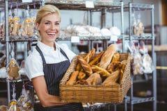 Panier de transport de jolie serveuse de pain Photographie stock