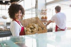 Panier de transport de sourire de serveuse de pain Photo libre de droits