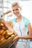 Panier de transport de sourire de serveuse de pain Images stock
