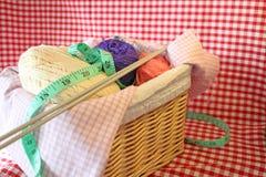 Panier de tricotage photos stock
