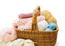 Panier de tricotage avec des filés Photographie stock libre de droits