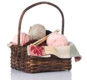 Panier de tricotage avec le filé et les pointeaux Photo libre de droits