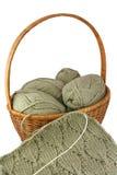 Panier de tricotage avec les écheveaux et la couture. image stock