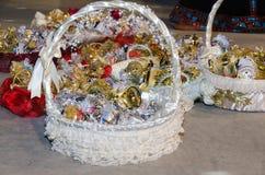 Panier de vacances avec des cadeaux pour des enfants et des amis de la jeune mariée à un mariage Photo stock