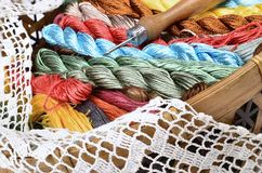 Panier de vintage avec le kit de couture, fils multicolores Photos stock