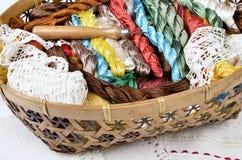 Panier de vintage avec le kit de couture, fils multicolores Photographie stock libre de droits