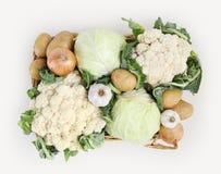 Panier de vue supérieure de chou, de choux-fleurs, de pommes de terre, d'ail et d'o Photos stock