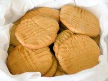 Panier des biscuits de beurre d'arachide Image stock